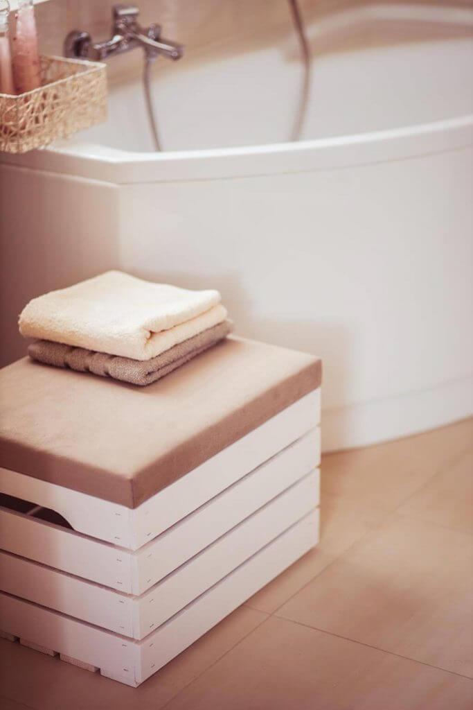 biała skrzynia tapicerowana
