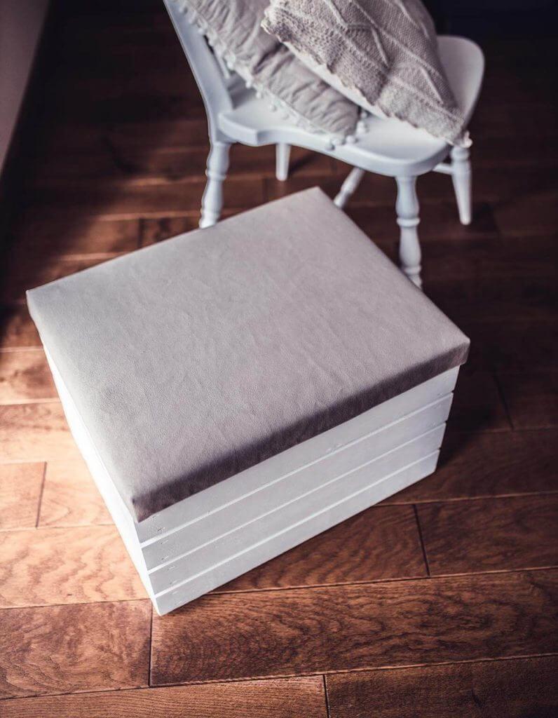 biała skrzynka tapicerowana