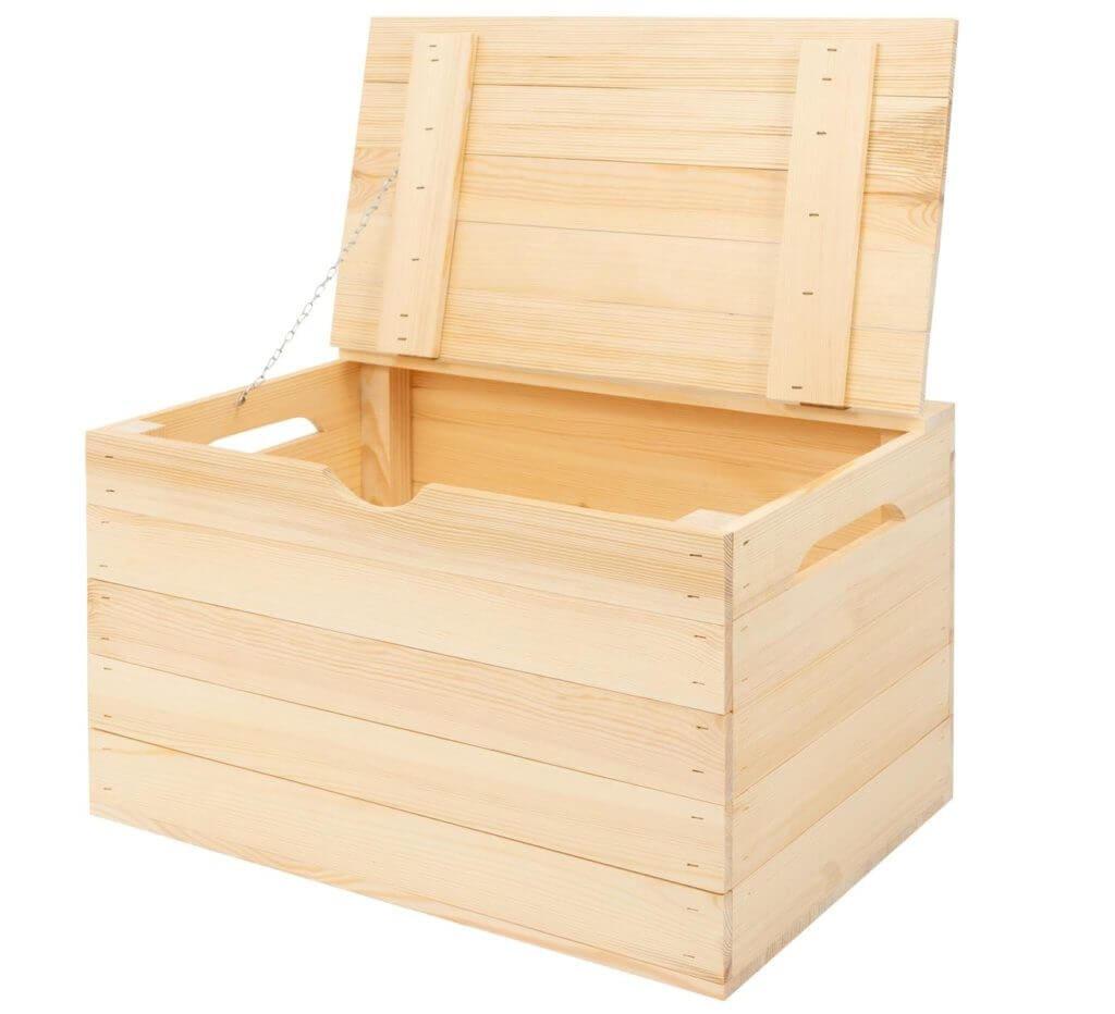 drewniany kufer - widok skrzynki z przodu